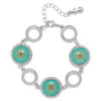 Bracelet orné de breloques représentant des feuilles virevoltantes de la collection BollyDoll de Amrita Sen
